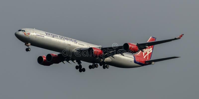 Virgin Atlantic linie lotnicze Aerobus A340 przyjeżdża przy Heathrow lotniskiem zdjęcie stock