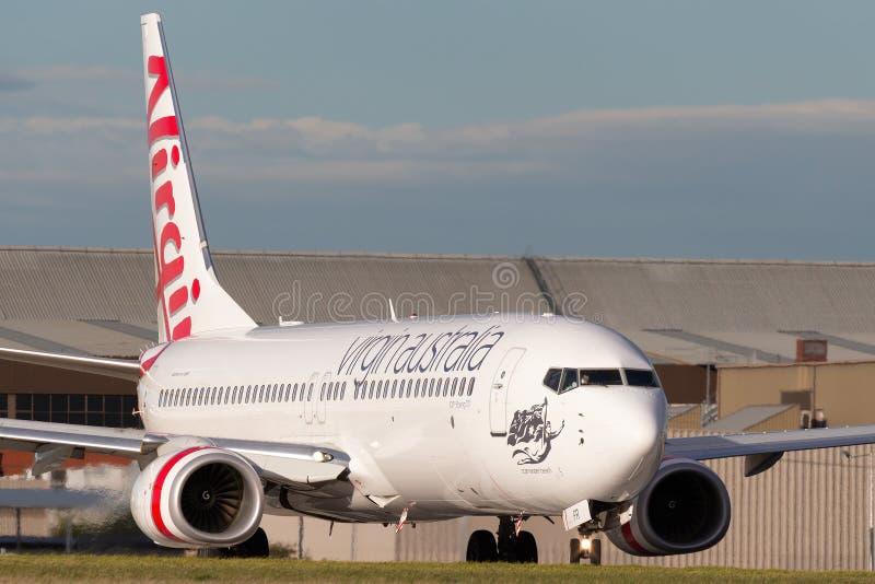 Virgin Australia Airlines 100th Boeing 737 VH-YFR nombró a Scamander Beach preparándose para el despegue desde el aeropuerto de M imagenes de archivo