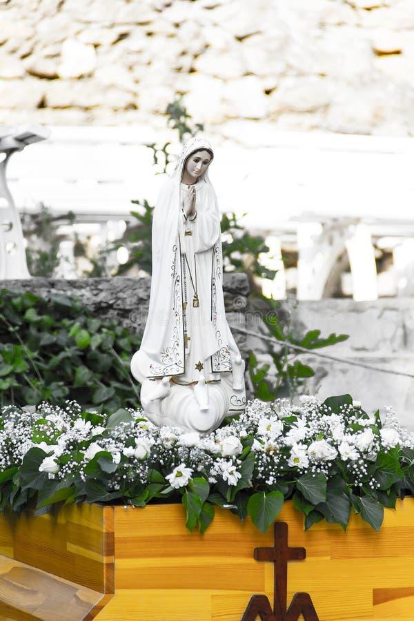 Virgin Mary Sculpture With Cross At o jardim do Virgin Mary House fotografia de stock royalty free