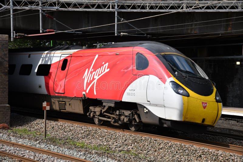 Virgin Trains 9 car Pendolino 390010 på Lichfield Trent Valley arkivfoto