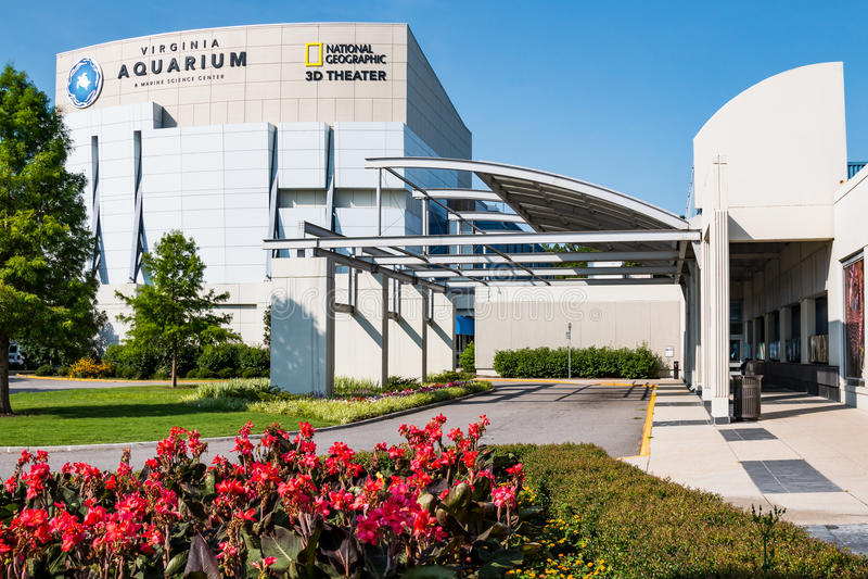 Virginia Aquarium- u. Marine Science Center With Red-Blumen im Vordergrund stockfotos