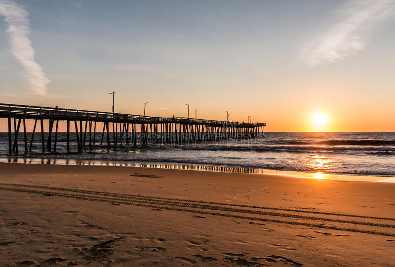 Virginia Beach Boardwalk Fishing Pier på gryning royaltyfria foton
