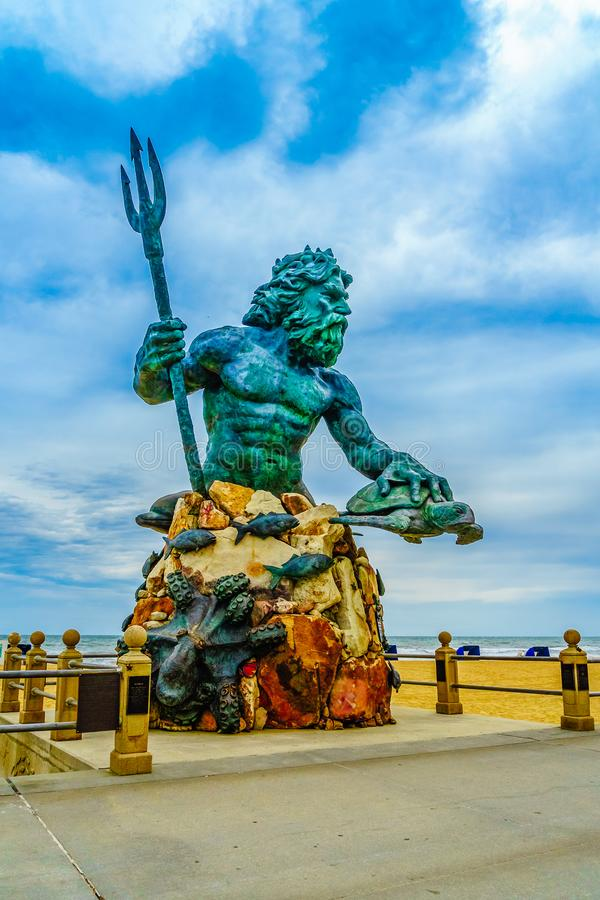 Virginia Beach Boardwalk Virginia Beach USA - September 12, 2017 gränsmärkebronsstaty av den mytologiska gudNeptun som förbi omge arkivbilder