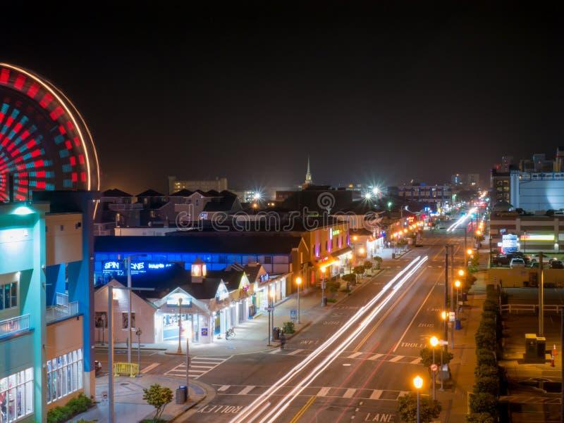 Virginia Beach, Virginia, los E.E.U.U. - 23 de mayo de 2018: Imagen larga de la exposición de la avenida de Alantic en la noche foto de archivo