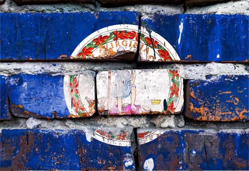 Virginia grunge, danificada, arranhada, antiga bandeira dos estados unidos na parede de tijolos fotografia de stock royalty free