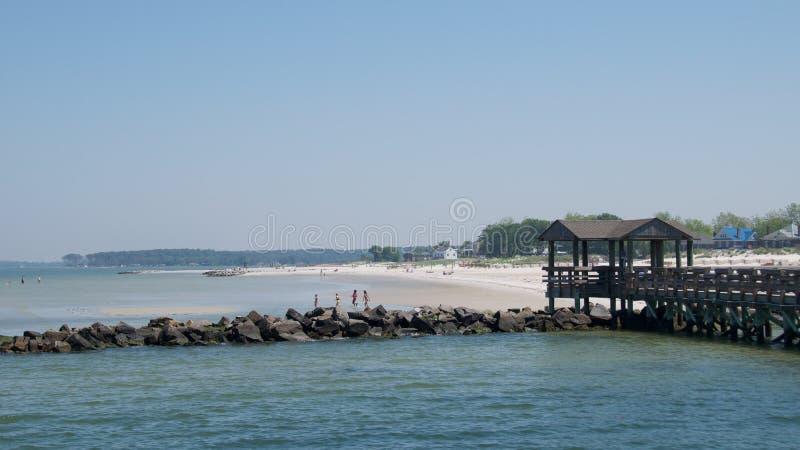 Virginia USA - Maj 2017: Familjer som tycker om på udde Charles Beach, Virginia på Maj 2017 fotografering för bildbyråer