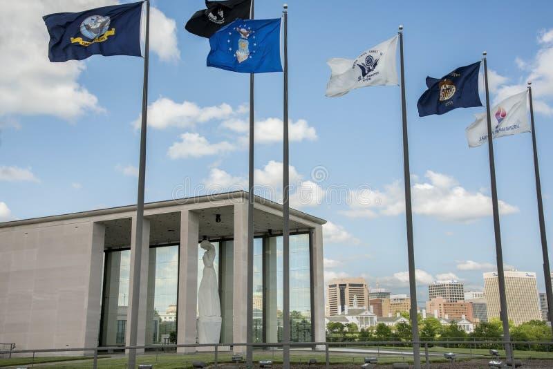 Virginia War Memorial y Richmond Skyline imagen de archivo libre de regalías