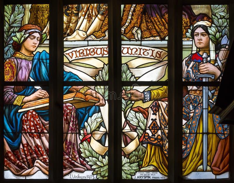 Viribus Unitis, una finestra di vetro macchiato di Art Nouveau in san Barbara Church in Kutna immagini stock libere da diritti