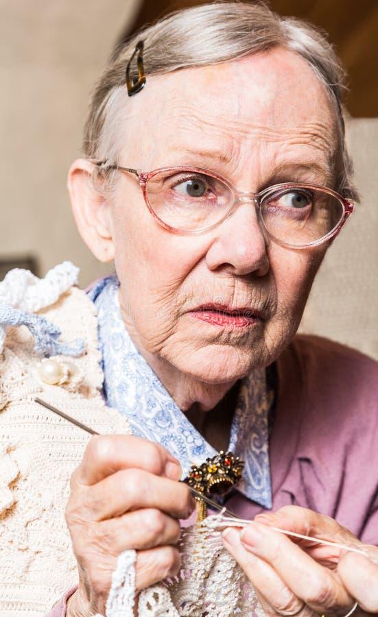 Virka för gamla kvinnor arkivfoton