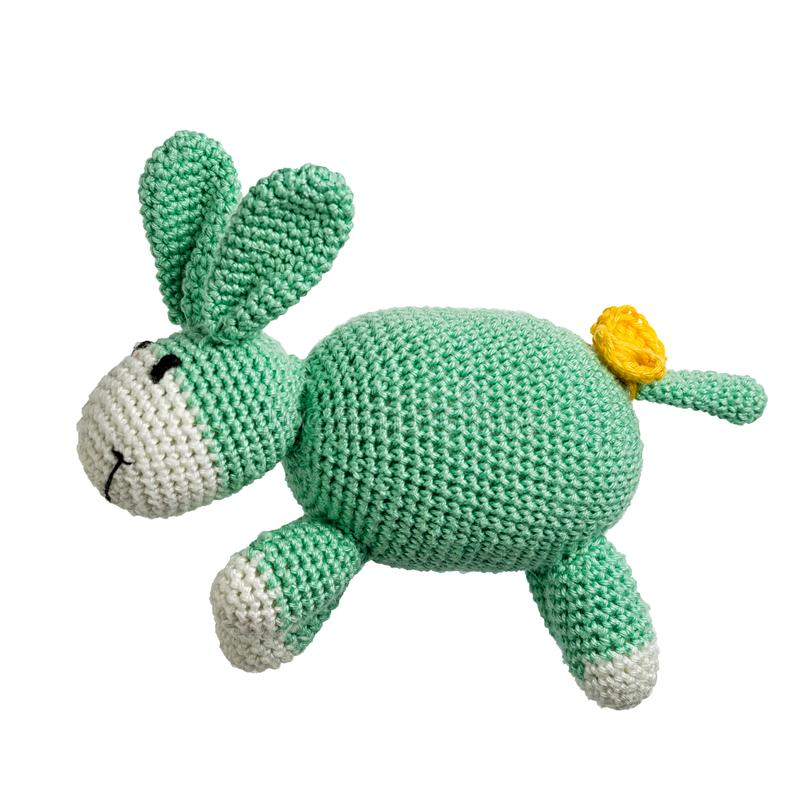 Virkad grön isolerad kaninleksak arkivbild
