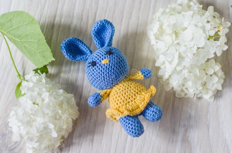 Virkad hare av blått i gul klänning En trevlig handgjord leksak arkivbilder