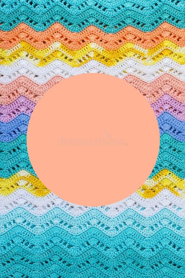 Virkad mångfärgad bomullskanfas Rund rosa färgram för text royaltyfri bild