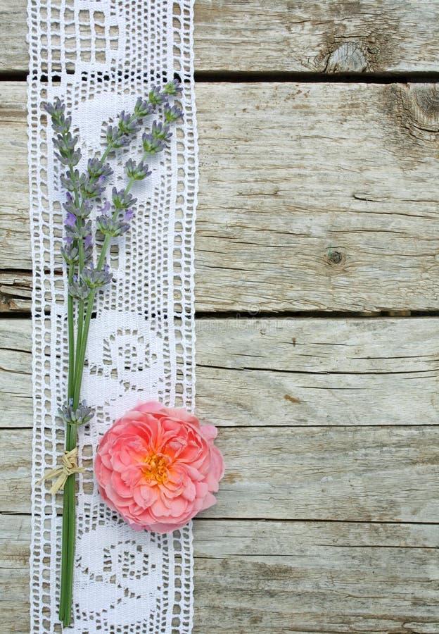 Virkat snöra åt och blommor arkivbild