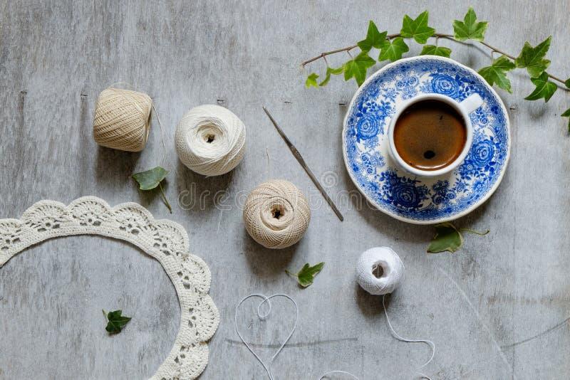 Virkning och en kopp kaffe royaltyfri bild