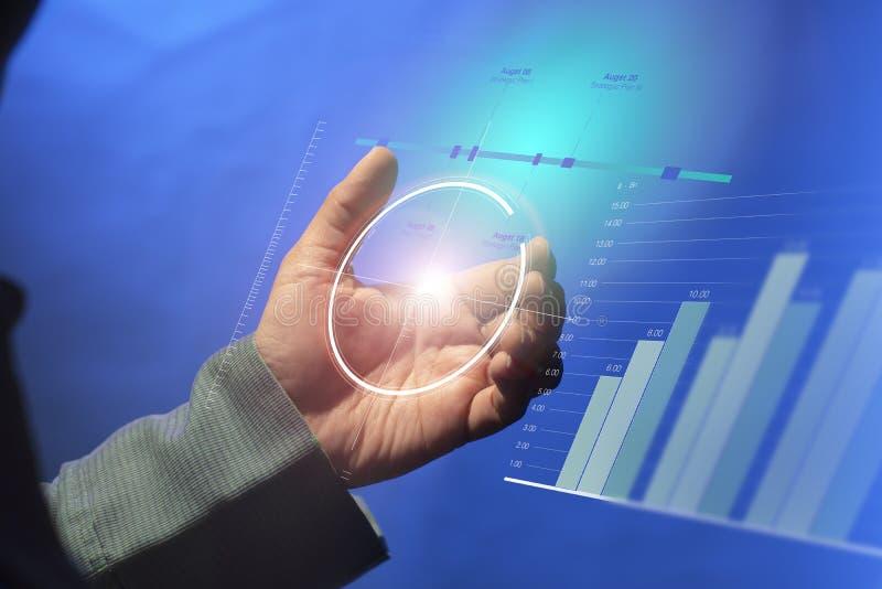 Virtueel digitaal concept Gebruik van een virtueel tablet digitaal touch screen om bedrijfsgegevens en activiteitenprogramma's op royalty-vrije stock foto's