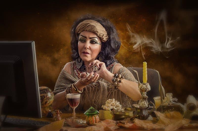 Virtueel Egyptisch helderziende die online werken royalty-vrije stock afbeeldingen
