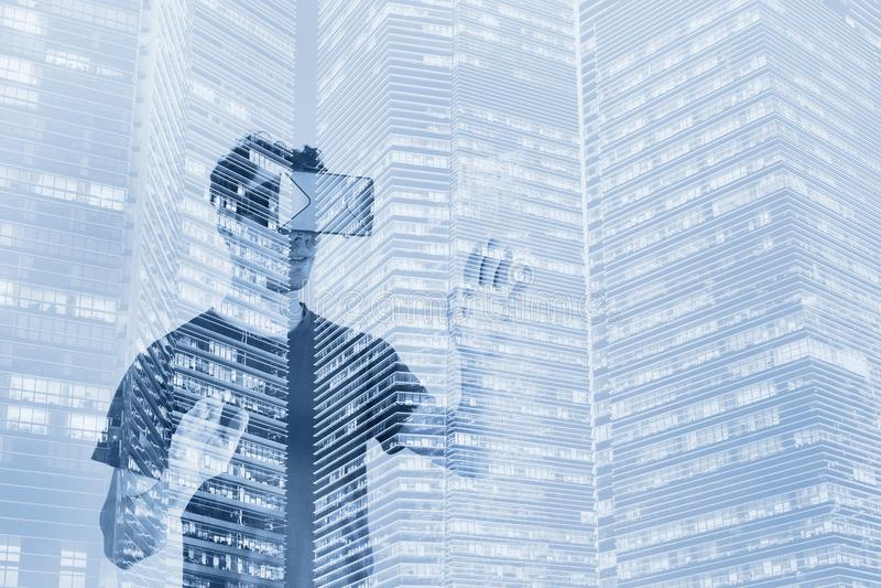 Virtueel werkelijkheidsconcept, dubbele blootstelling, digitale VR-glazen royalty-vrije stock afbeeldingen