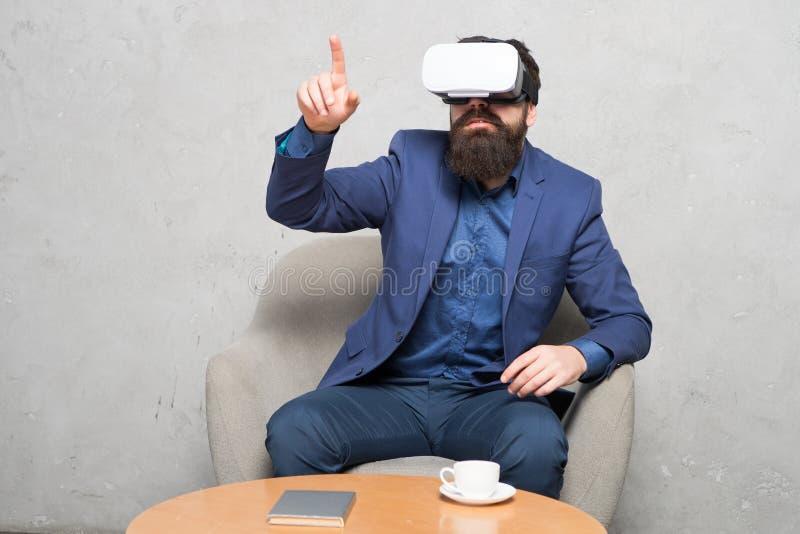 Virtuele bureau en het werkruimte De zaken voeren moderne technologie uit De zakenman zit stoelslijtage hmd onderzoekt virtueel royalty-vrije stock afbeeldingen