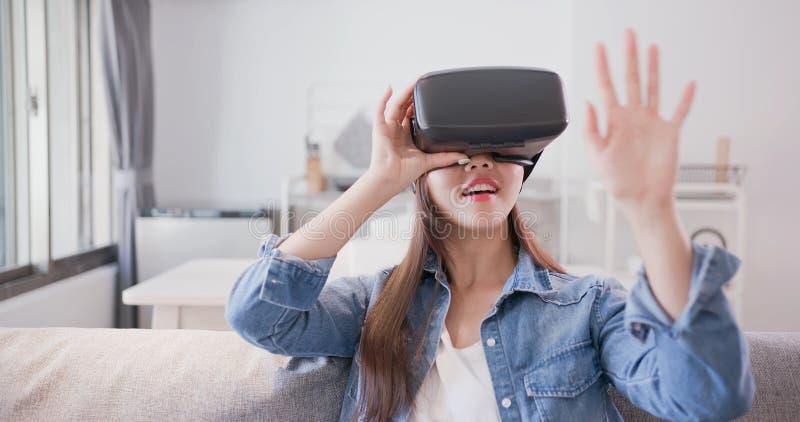Virtuele de werkelijkheidshoofdtelefoon van de vrouwenslijtage stock foto's