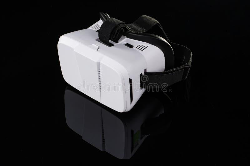 Virtuele die werkelijkheidsvr glazen of beschermende brillen op zwarte achtergrond worden geïsoleerd stock foto