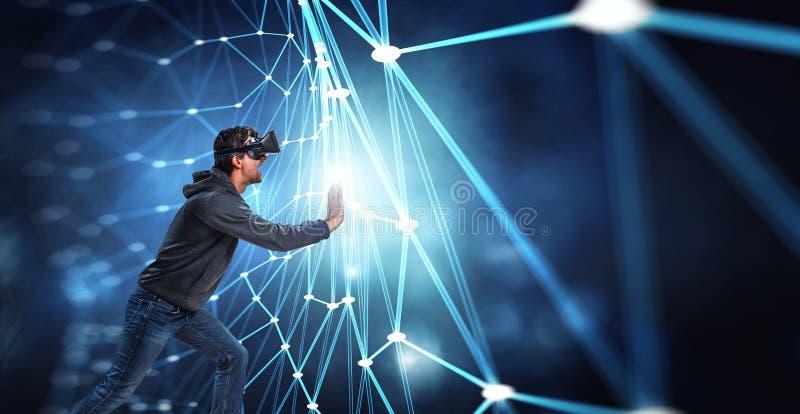 Virtuele werkelijkheidservaring Mens in VR-glazen stock foto