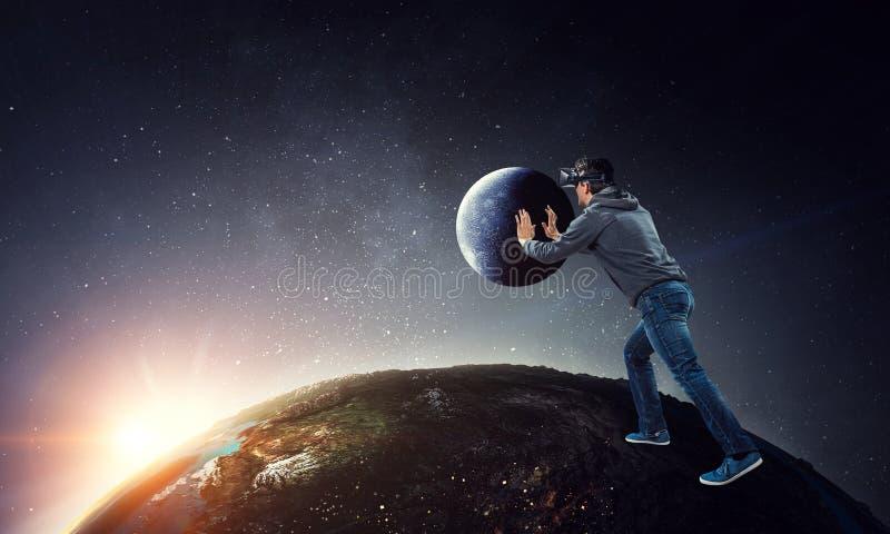 Virtuele werkelijkheidservaring Mens in VR-glazen stock afbeeldingen