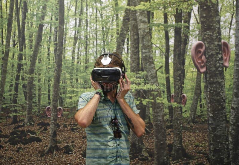Virtuell verklighetapparat och skogbakgrund arkivfoton