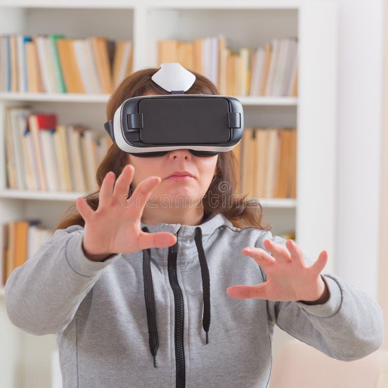 Virtuell verklighethörlurar med mikrofon royaltyfria bilder