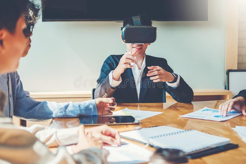 Virtuelle Geschäftstreffen-Planungs-Strategie-Analyse-Konzeptlaptopsitzung mit Technologie stockfotos