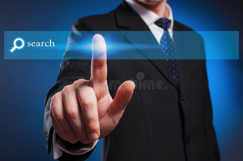 Virtuelle Multimediaanzeige Ein Mann in einem Anzug und in einer Bindung klickt an lizenzfreie stockfotos
