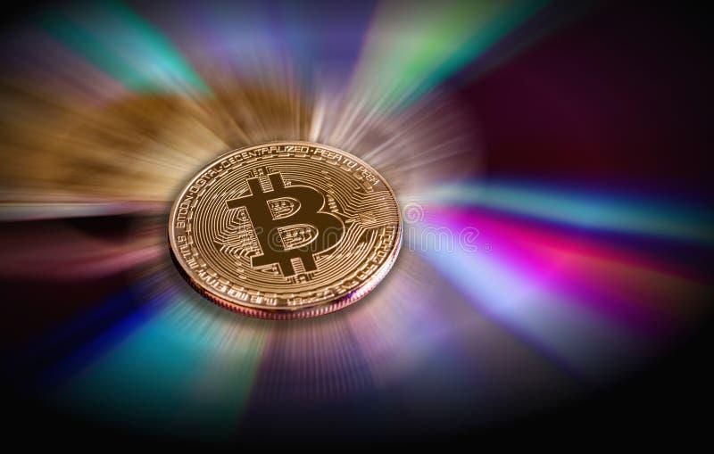 Virtuelle Währung Bitcoin Handel mit Bitcoin Das Risiko des Kaufens einer virtuellen Währung Schlüsselwährungshintergrundkonzept stockfotografie