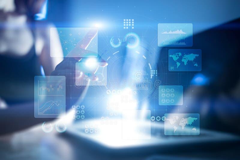 Virtueller Touch Screen Papier, Frauenfinger und nahe Ansicht des Bleistifts Hightechtechnologielösungen für Geschäft entwicklung stock abbildung