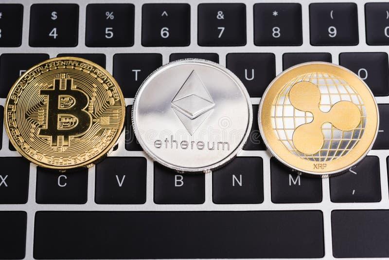 Virtuelles Bitcoin, Kräuselung XRP und Ethereum-Münzenwährungsfinanzierung lizenzfreies stockfoto
