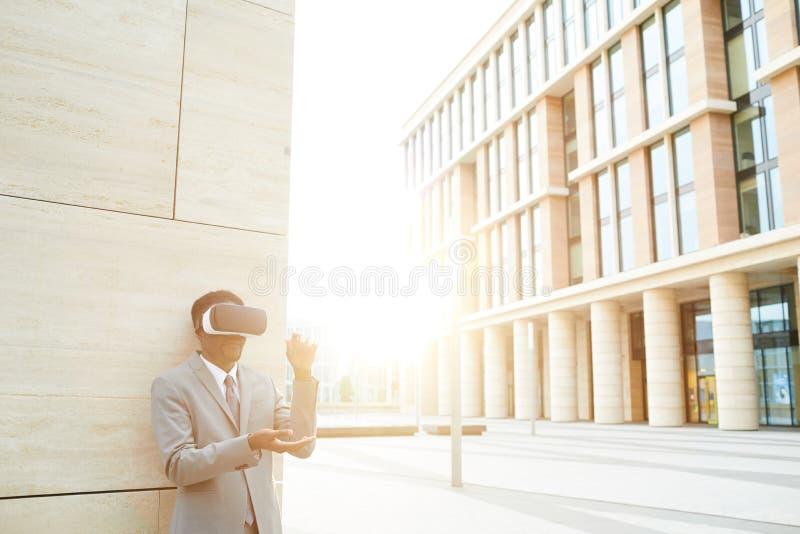 Virtuellt arbete i staden arkivfoto