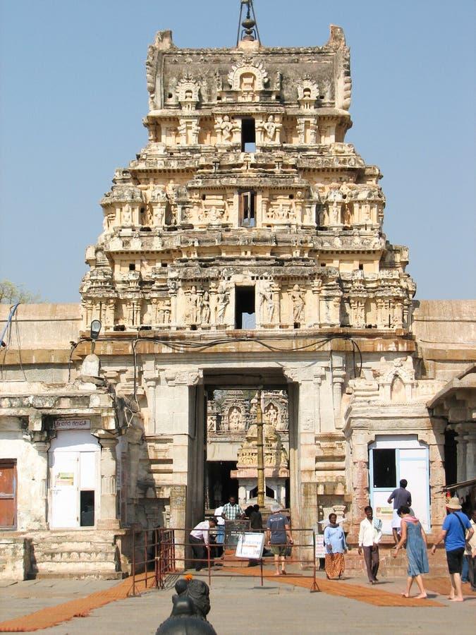 Virupakshatempel, in de ruïnes van oude stad Vijayanagar in Hampi, India wordt gevestigd dat stock afbeeldingen