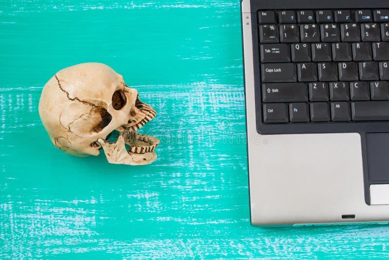 virus al mio significato del cranio e del computer del pericolo fotografia stock libera da diritti