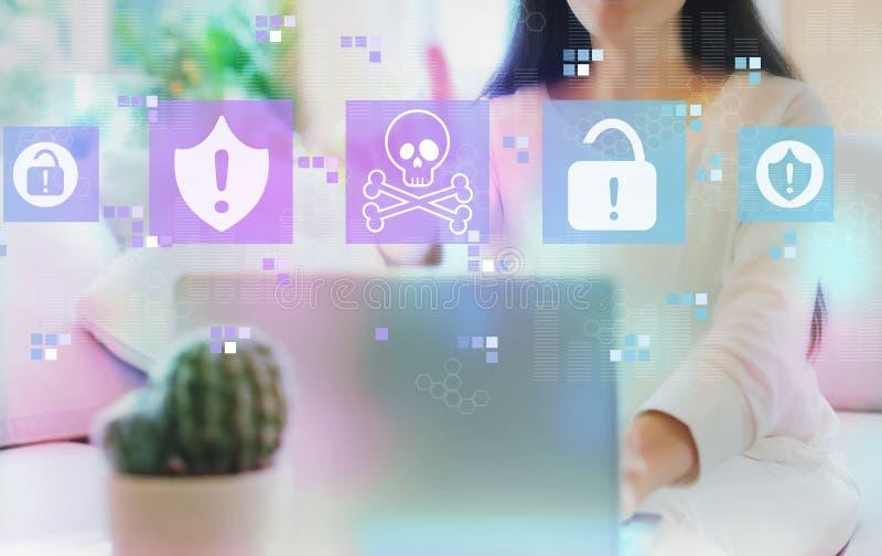 Virus en zwendelthema met vrouw die haar laptop met behulp van royalty-vrije stock afbeeldingen