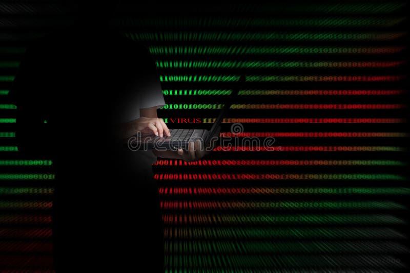 Virus im Computercode auf schwarzem Hintergrund stockfoto