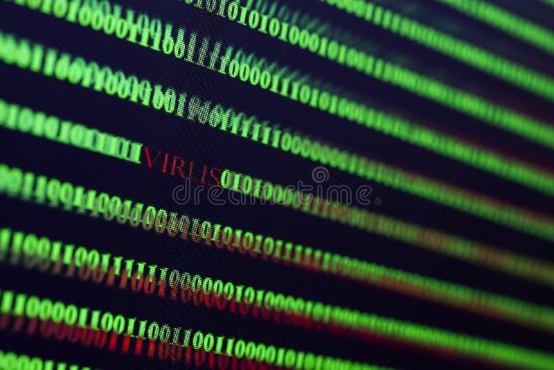 Virus im Computercode auf schwarzem Hintergrund stockbild