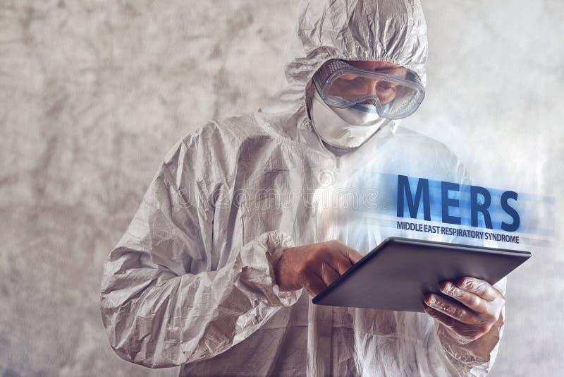 Virus medizinischer Wissenschaftler-Reading Abouts MERS auf Figital-Tablet-COM stockbilder