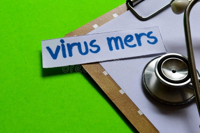 Virus mers op Gezondheidszorgconcept met groene achtergrond stock foto
