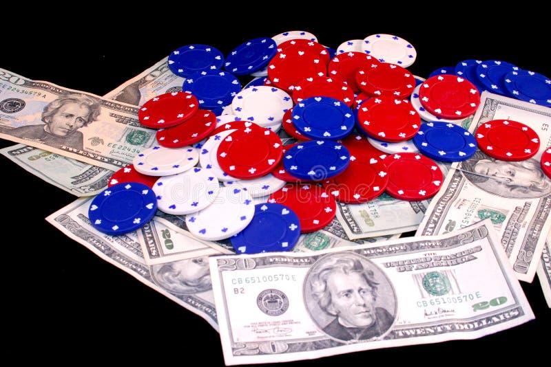 Virutas del dinero y de póker imagen de archivo libre de regalías