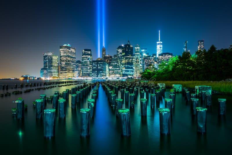 Virutas del embarcadero y el tributo en luz sobre el horizonte de Manhattan foto de archivo libre de regalías