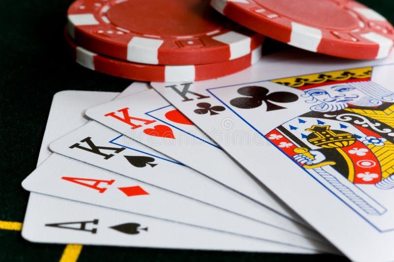 Virutas y tarjetas de póker imagen de archivo