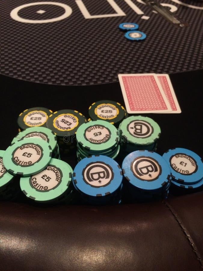 Virutas y tarjetas del casino imágenes de archivo libres de regalías
