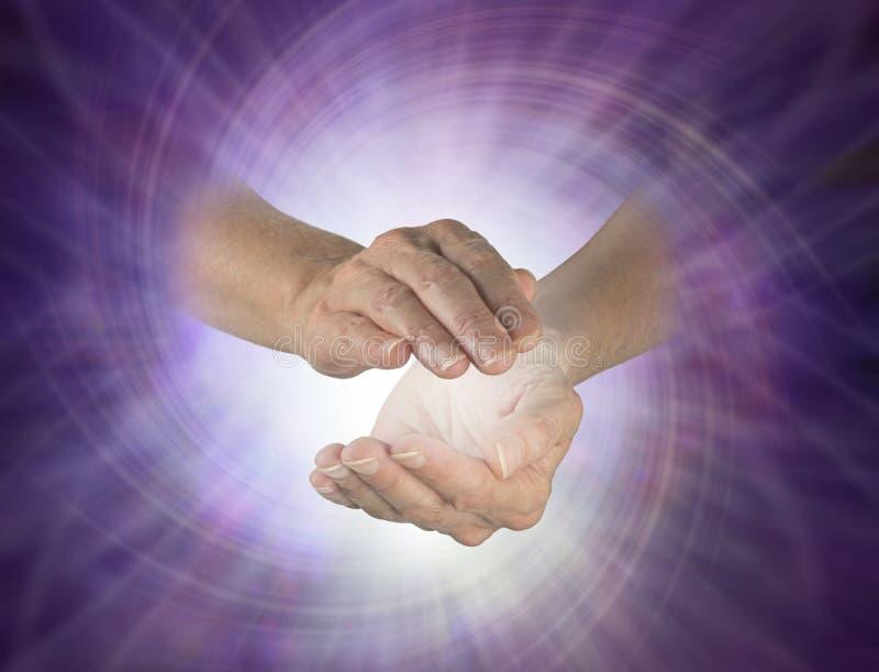 Virvel som röra sig i spiral energi mellan händer royaltyfria foton
