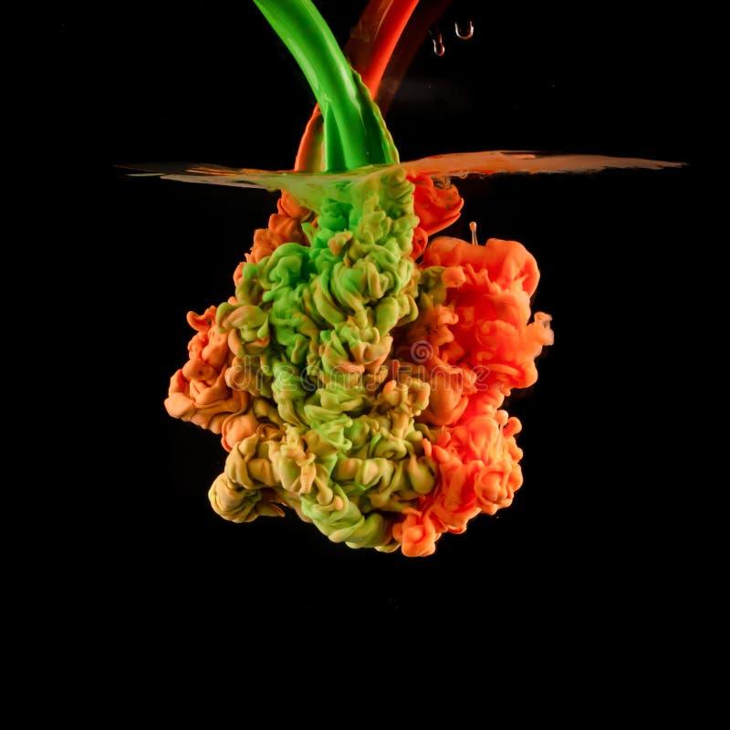 Virvlande runt färgrikt droppmoln Färgfärgstänk av färgpulver som isoleras på svart bakgrund abstrakt målarfärgvatten royaltyfria foton
