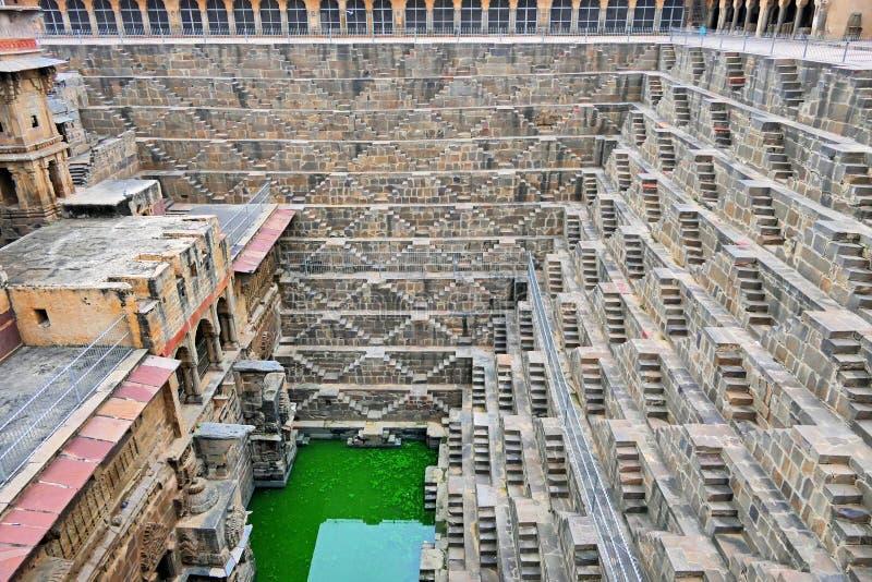 Visão Cênnica do Antigo Chand Baori Stepwell na Aldeia Histórica de Abhaneri, Região de Agra, Índia imagens de stock royalty free