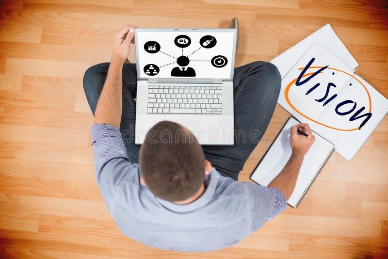 Visão contra o homem de negócios criativo novo que trabalha no portátil imagens de stock