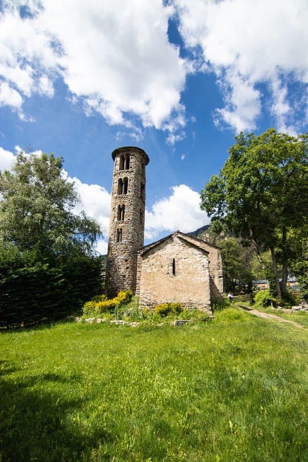 Visão da Igreja de Santa Coloma d'Andorra - Pequena igreja de pedra datada do século 9 CE, com uma torre do século 12 foto de stock royalty free